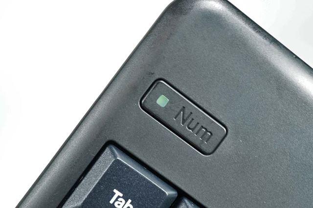 NumLockボタン。LEDはペアリング時やバッテリー残量がなくなりそうなときなどに点滅します