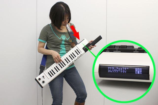使用中のイメージはこんな感じ。演奏しながら、ディスプレイに表示される歌詞を見ることができます