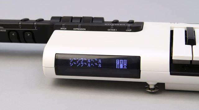 キーボードの横にはシンプルな2行ディスプレイを搭載。ここに歌詞が表示される仕組みです