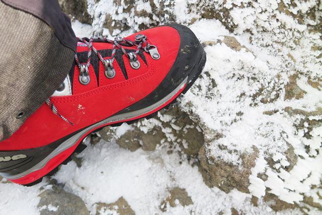雪が付き始めた岩の上。こういう状況でも硬いソールは岩の突起を確実にとらえてくれ、安心感は高い