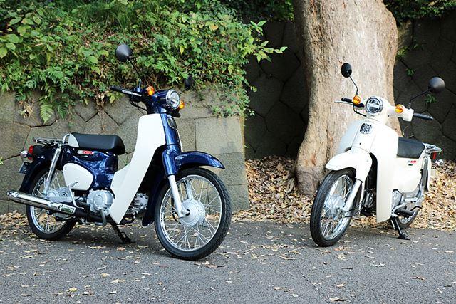 2017年11月10日に発売された、排気量49ccの「スーパーカブ50」(左)と109ccの「スーパーカブ110」(右)
