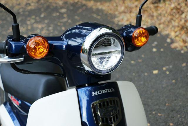 ヘッドライトにはLEDを採用し、小ぶりでも十分な光量を確保