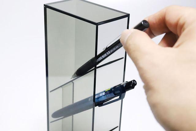 筆記具などが取り出しやすく、戻しやすい40°の仕切り