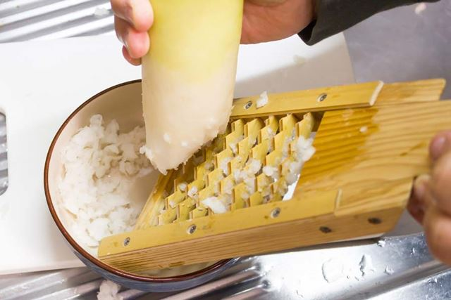 普通のおろし金ではなく、土産物店でもよく売っている粗めの食感が楽しめるようになる竹製の鬼おろしを使用