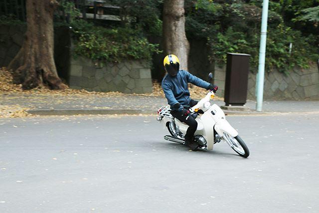 スーパーカブ110のほうが普通のバイクと同じように曲がるのを楽しむことができる