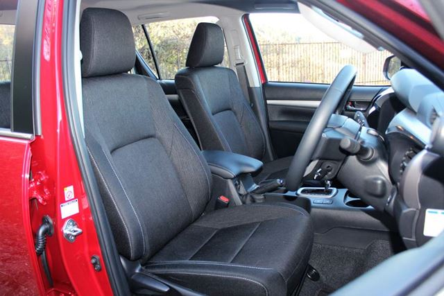 トヨタ 新型「ハイラックス」のフロントシート