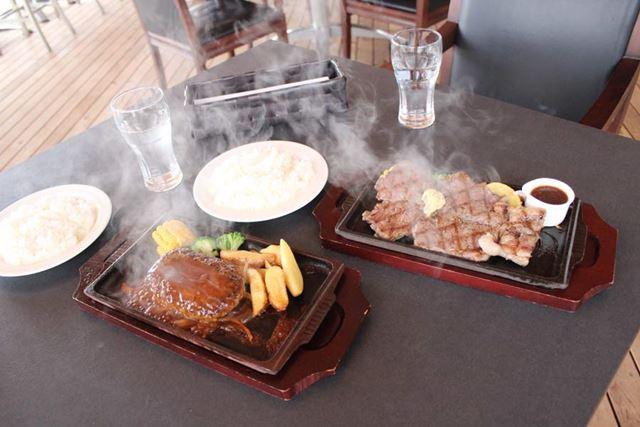 ビーフハンバーグステーキ(左)とビッグサイズ・カウボーイステーキ(右)