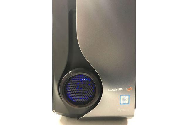 前面の吸気ファンは、電源オン時にはLEDで青く光る仕様
