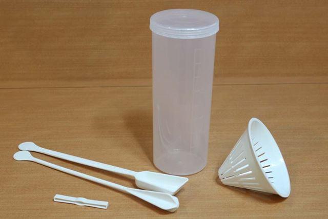 調理容器(容量900ml)、スプーン、混ぜ棒、牛乳パック用クリップ、水切りカップが付属します