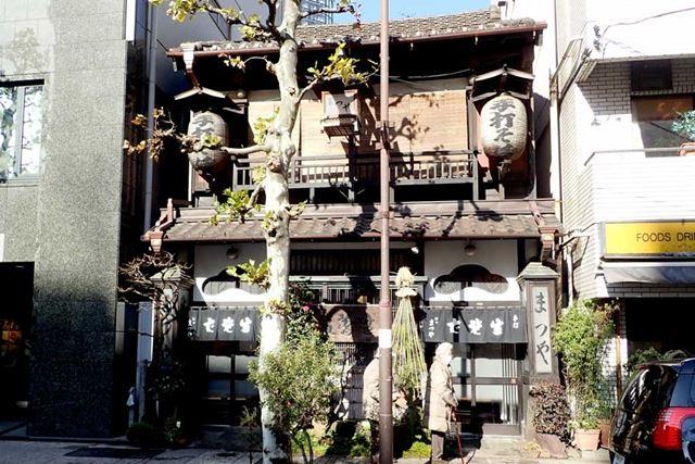 東京・神田にある「神田まつや」。創業の香りを残す、情緒あふれる店構えです