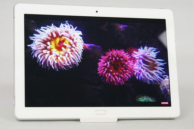 ディスプレイは動画を見るのに十分な10.1型というサイズ。顔増度はフルHDを越える1920×1200ドットだ