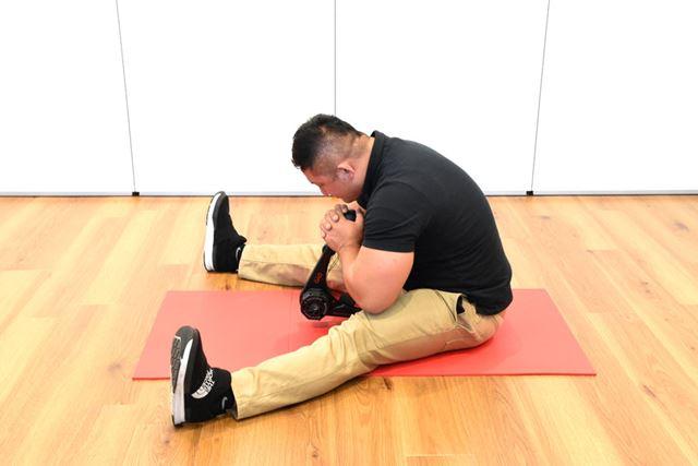 (2)息を吐きつつ、腹部をギュッと引き締めてかがみ込む