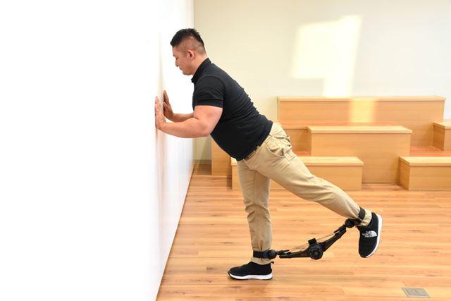 (2)動かさないほうの足に重心を置いてしっかりと立つ