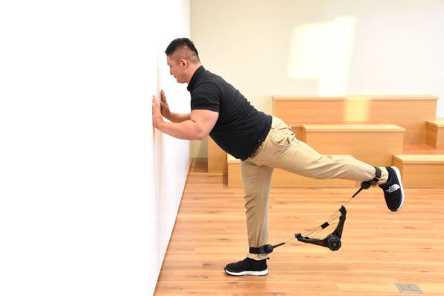 (3)息を吐きつつ、片足をゆっくりと真後ろに上げながら、お尻をギュッと引き締める