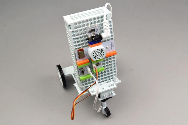 写真はベーシックなモジュールの組み合わせ。このセッティングでは、R2-D2をラジコンのように操縦できます