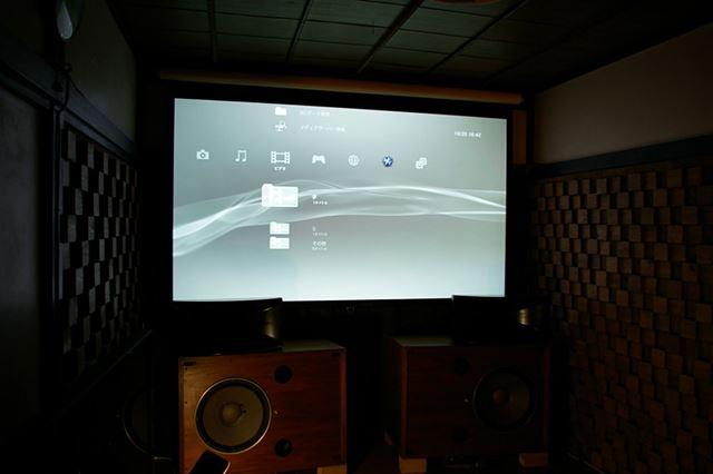 仕事場にある100インチスクリーンとJVCの4Kプロジェクター「DLA-X700R」を組み合わせたミニマムシアター