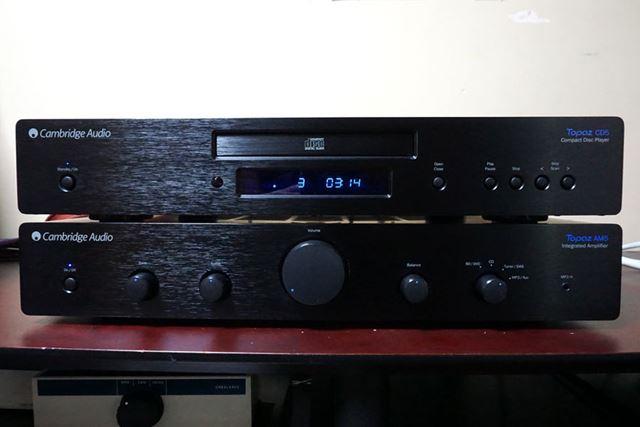 写真下がプリメインアンプの「AM5」、上がCDプレーヤー「CD5」だ。税別19,800円とは思えない立派なアルミ製の筐体が採用されている