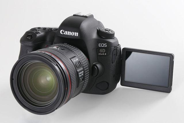 小型・軽量なフルサイズ一眼レフとして人気が高いEOS 6D Mark II。バリアングル液晶も特徴だ