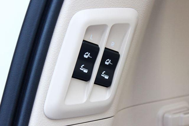 トヨタ 新型「ランドクルーザープラド」リアゲート左側に3列目シートの格納スイッチがある