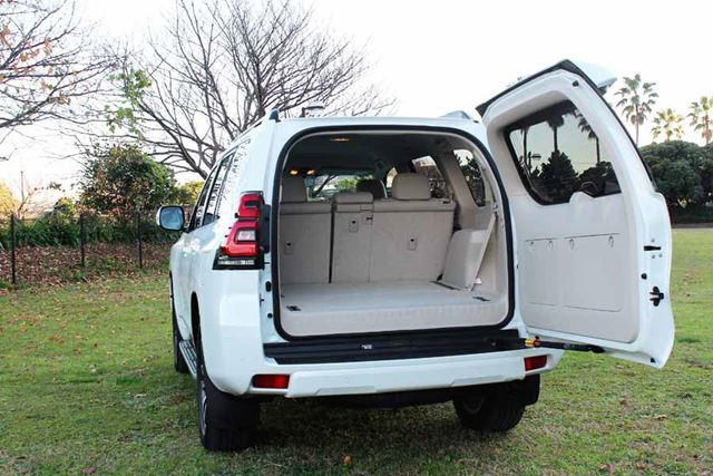 トヨタ 新型「ランドクルーザープラド」の右ヒンジのバックドアを開けた状態