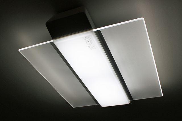 パネルはクリアなデザインなので、消灯時にも天井がすっきりとした印象になります