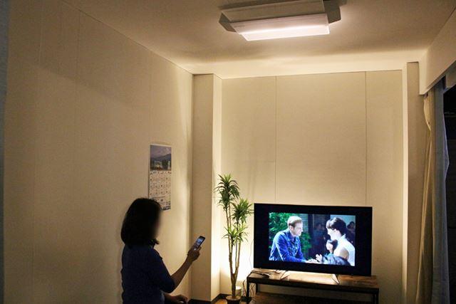 テレビの正面ではなく、壁際に着席して音を聴き比べしてみました