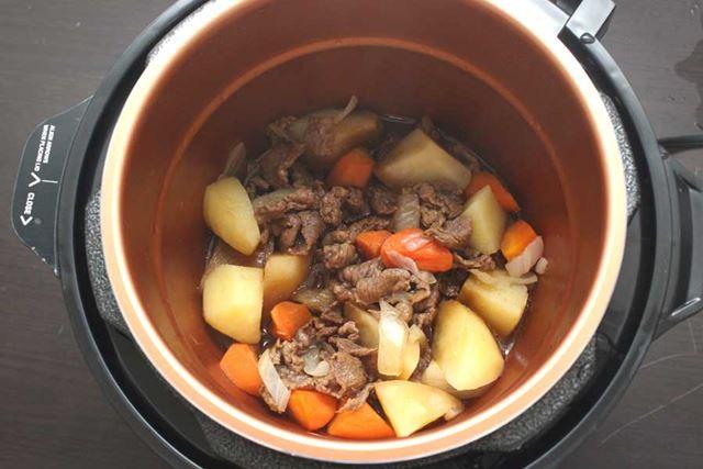 食材の栄養やうま味がたっぷり入った「無水調理」による肉じゃがが完成!