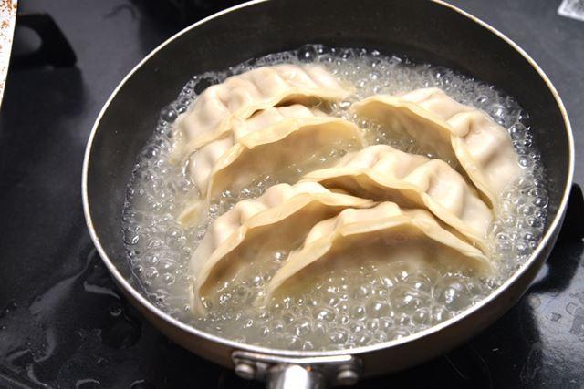 フライパンに油をひいて並べ、180ccと多めに水を投入。このあと、フタをして8分間ほど蒸し焼きにしました