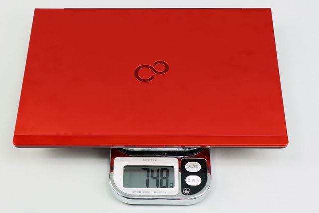カタログスペックの重量は約751gだが、キッチンスケールでの実測はピクトブラックモデルと同じ748gだった