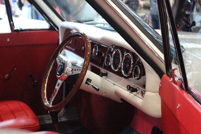 白いダッシュボードと、赤いシートとドア張りのコントラストがオシャレ