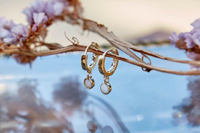 オパールが埋め込まれた金のイヤリング。価格は168ドル