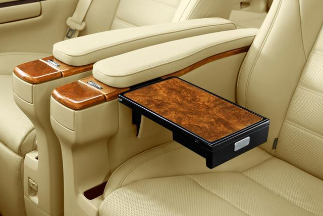 Executive Lounge専用 大型アームレスト+格納式テーブル(画像はマイナーチェンジ前)