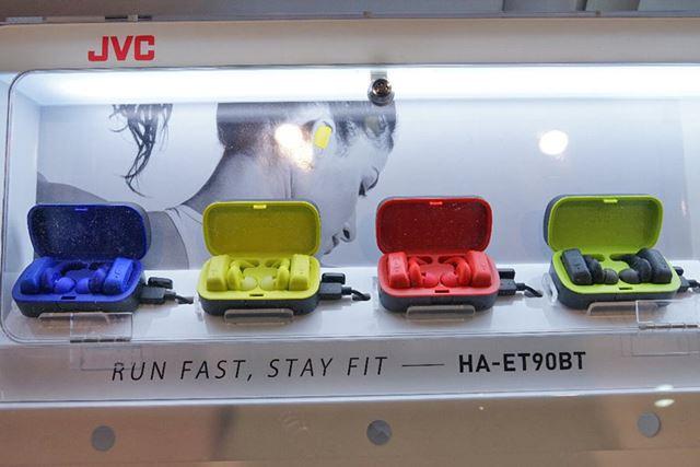 JVC初となる完全ワイヤレスイヤホン「HA-ET90BT」。ビビッドなカラーリングが印象的だ