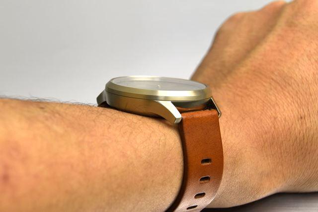 本体のケース径は43mmで、厚みは11.6mm(どちらも公称)。アナログ時計としては大型で厚め