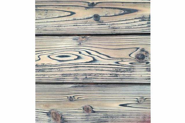 触ると木目の凹凸を感じる木製の壁です