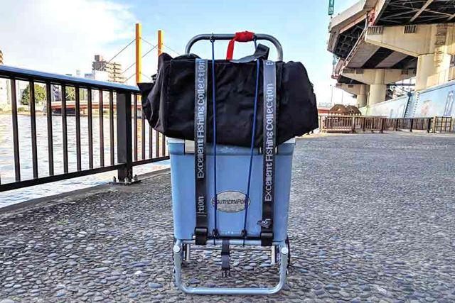 荷物を載せて付属のベルトで固定すれば準備完了!
