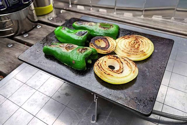 ピーマンと玉ねぎの鉄板焼きです!