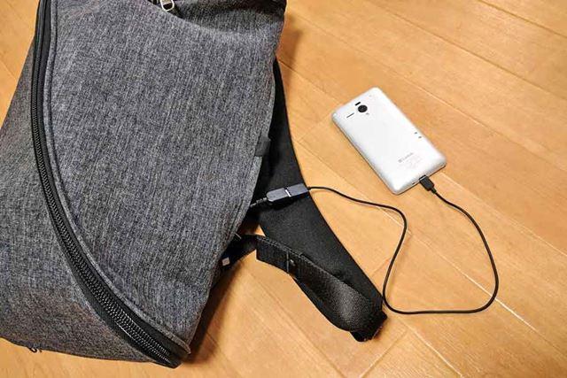 サイドポケットに収納された電源ケーブル