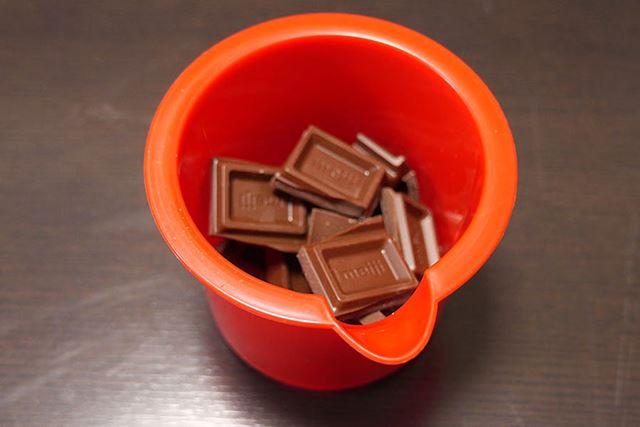まずは付属の容器に板チョコを細かく割り入れます