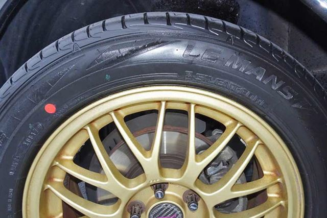 写真の新品のタイヤには黒光りするツヤがありますが、走行を重ねるとだんだん白っぽくなってきます