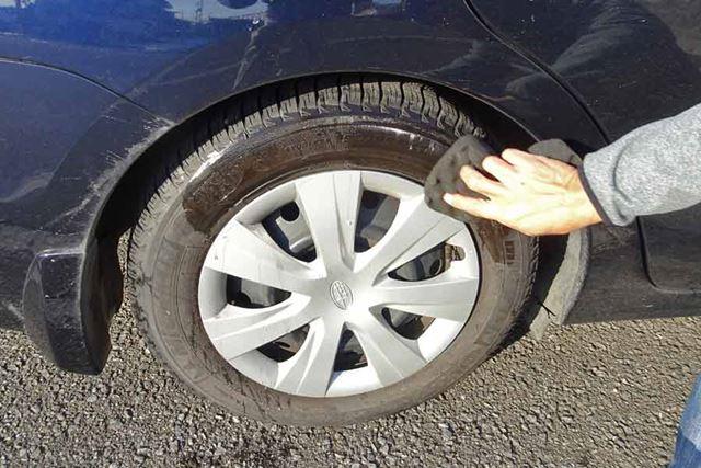 塗布前に、タイヤの汚れを取るため水洗いを。今回は簡易的に、水を含ませたスポンジで汚れを落としました