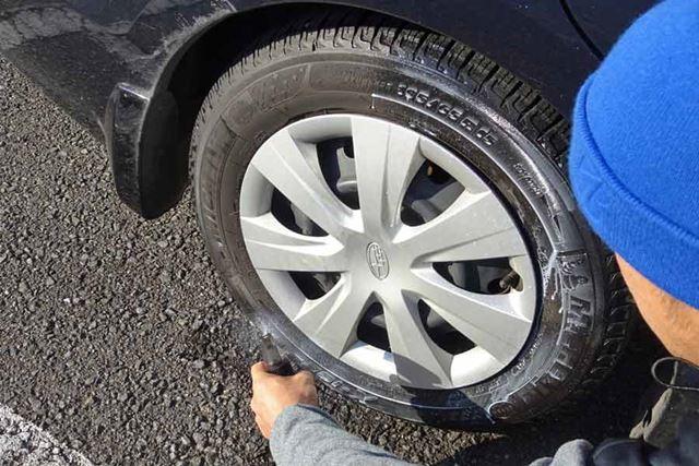 ある程度塗ったらタイヤを少し転がしてから再度塗るようにすると塗りムラを防ぎやすくなります