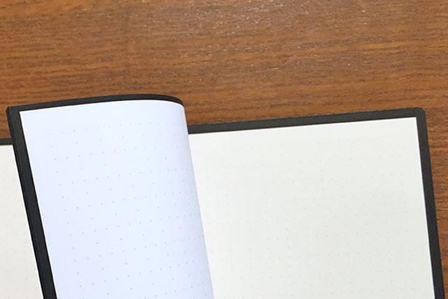 すべてのページに黒い縁取りがあります。これにも秘密がありそうですね…!