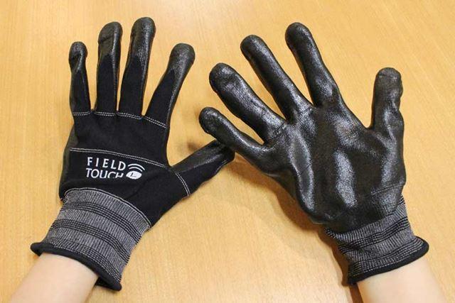手の甲部分(左)はナイロン素材の背抜きで、手のひら(右)はニトリルゴムでコーティング