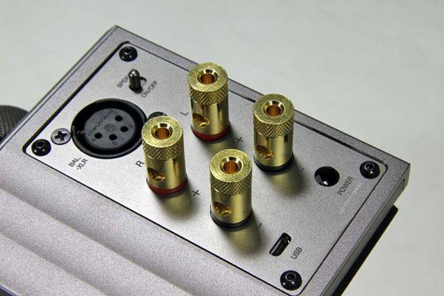 背面には、XLR 4pinのバランス出力、ヘッドホン出力が並ぶ。スピーカー出力は最大15W×2(4Ω)だ