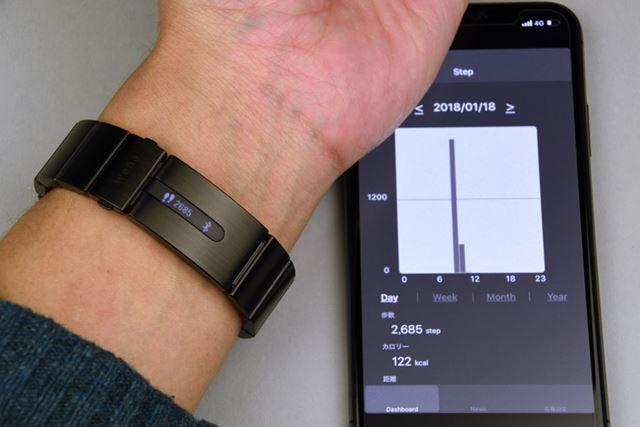 「wena wrist pro」では、当日の歩数のみ表示。アプリでは、写真のようにグラフで計測結果を閲覧できる