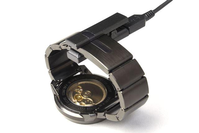 充電はクリップ型の専用USBケーブルを使用