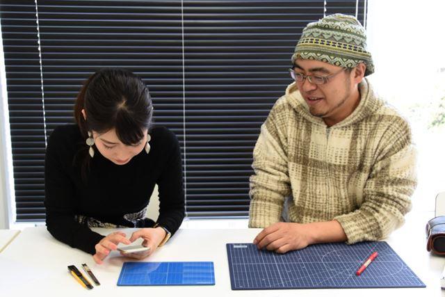取材中に「ガラスカッターマット」を価格.comで検索し始める菅さん