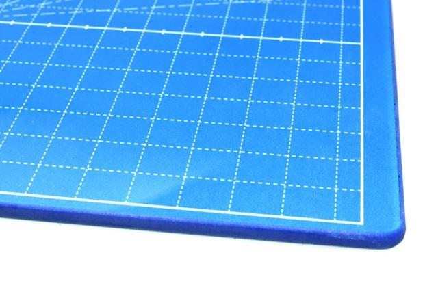 「ガラスカッターマット」は、ヒートカッターや超音波カッターでも使える頑丈な強化ガラス製