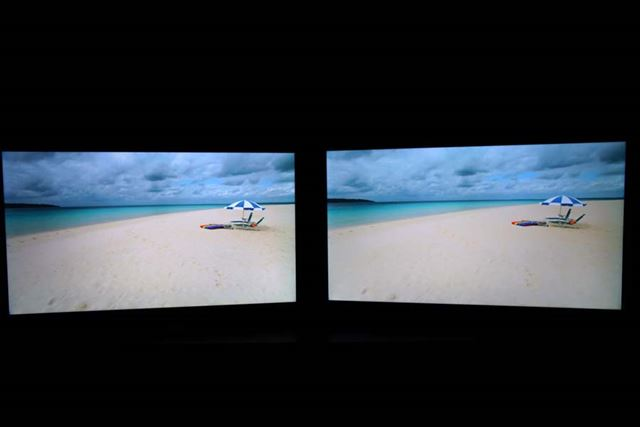 液晶テレビによる「HDR10+」対応(左)と非対応(右)の比較デモ